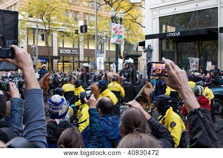 Espectadores con teléfonos con cámara grabación ocupan protesta de Portland