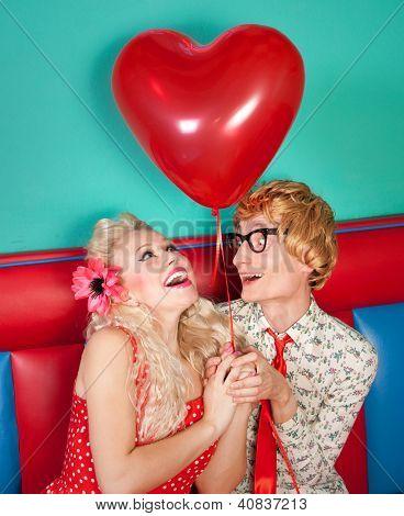 Feliz pareja Nerd, celebrando el día de San Valentín