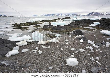 Arktische Förde nach dem winter