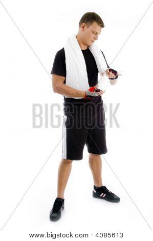 muscular Male suchen die Medizin-Flasche