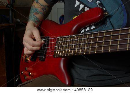 Jogando na guitarra vermelha