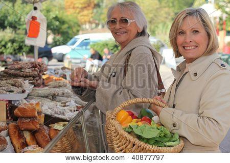 Frauen auf dem Markt zusammen