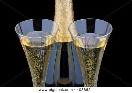 Flasche Champagner und zwei Flöten