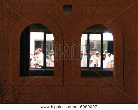 praying in a jewish synagog