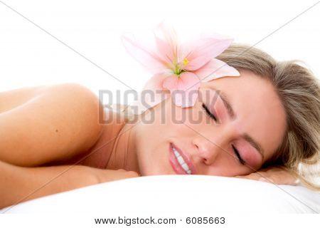 Mujer con una flor en la cabeza