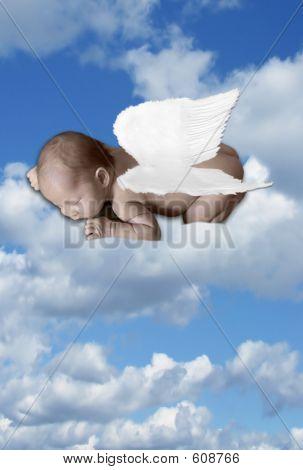 Baby Kleinkind In Wolken mit Flügeln