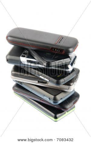 Montón de los teléfonos móviles modernos en blanco