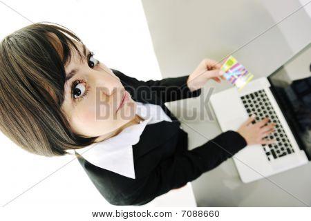 Mulher de negócios, tornando a transação de dinheiro Online