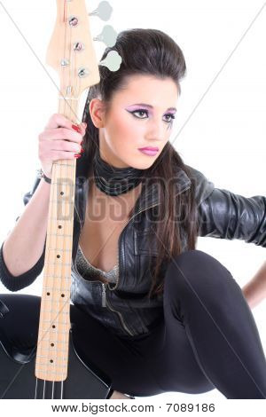 Hermosa joven con guitarra