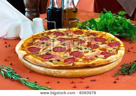 Closeup eine Pizza mit salami