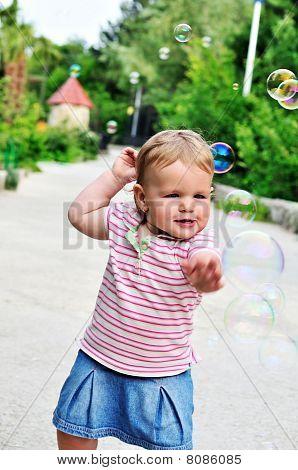 Baby Girl verfangen Seifenblasen