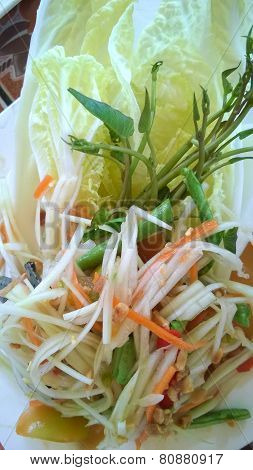 Som Tam Thai - Thai Green Papaya Salad With Peanuts.