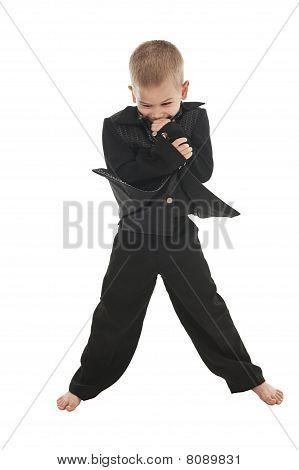 Adorable kleine Junge, die vorgeben, ein Rockstar zu sein