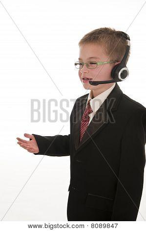ein kleiner Junge Tat, als ein Geschäftsmann.