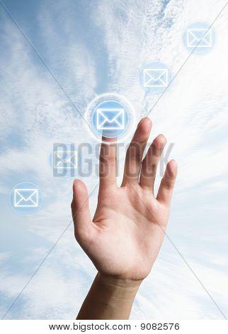 mano presiona el botón (icono de carta)