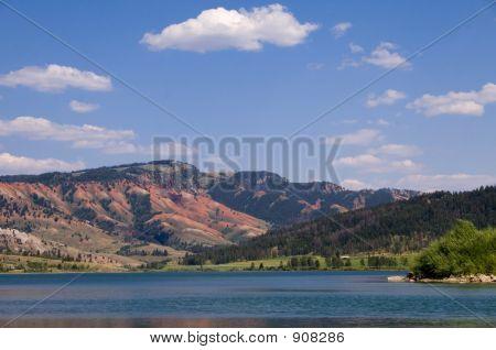 Las colinas de rojo en el lago de Gros Ventre