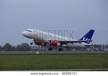 Amsterdam Airport Schiphol - Airbus A319 Of Sas Scandinavian Airlines Takes Off