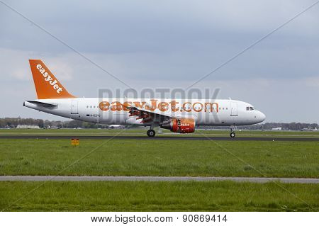 Amsterdam Airport Schiphol - Airbus A320 Of Easyjet Lands