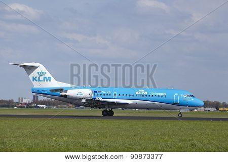 Amsterdam Airport Schiphol - Fokker 70 Of Klm Cityhopper Lands