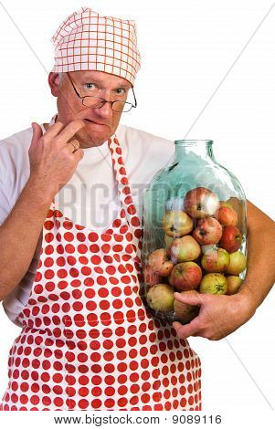 ein Mann mit riesigen Jar gefüllt mit Äpfeln