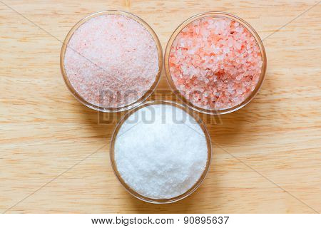 Himalayan pink salt and white sea salt in the glass bowls