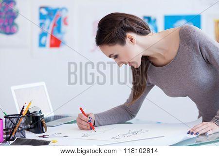 Pretty female photo artist draws a picture