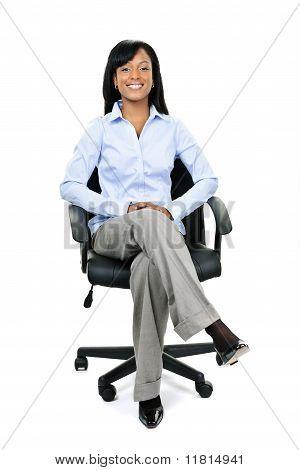 Geschäftsfrau, die sitzen im Bürostuhl