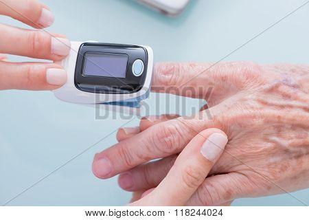 Demonstration Of Finger Pulse Oximeter
