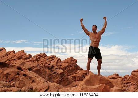 Atleta en la cima de la montaña
