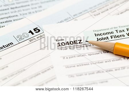 Pencil Laying On 2015 Irs Form 1040Ez