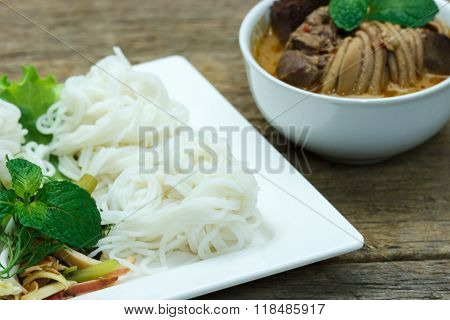 Rice Vermicelli With Chicken Curry Sauce And Vegetables,select Focus