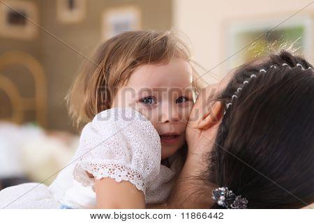 joven madre con una hija en casa