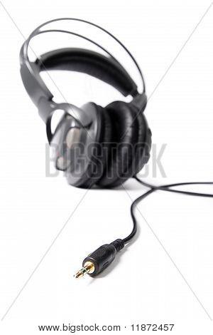 Closed stereo headphones