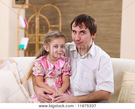 familia en casa con una hija
