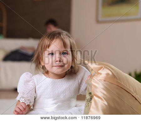 kleine Mädchen spielen auf dem Boden