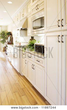 Moderne Küche mit Granit-Arbeitsplatten