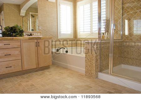 Moderno cuarto de baño en una casa