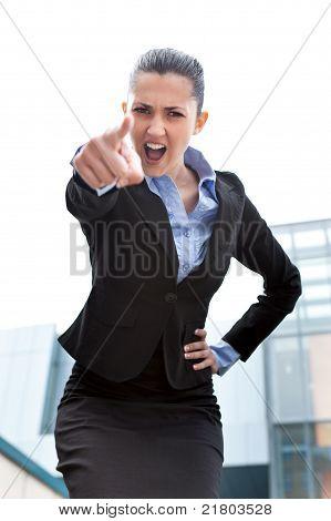 Empresaria enojada al aire libre