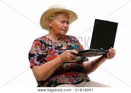 Mulher sênior com um computador no fundo branco