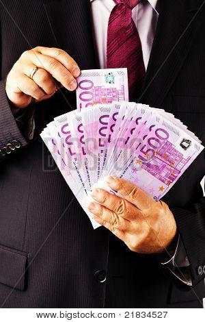 Gerente com lotes de notas de 500 euros