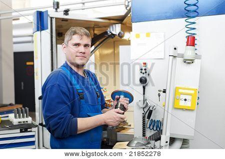 técnico mecánico operario de centro de maquinado de corte cnc fresado en el taller de la herramienta