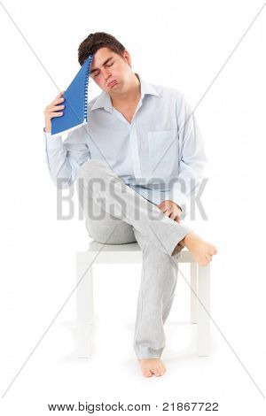 Uma imagem de um jovem empresário cansado sentado sobre fundo branco