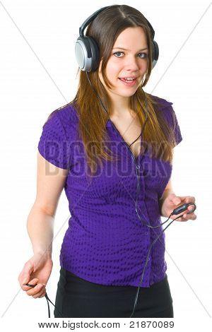 Mujer joven con auriculares