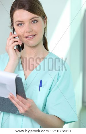 Enfermera en el teléfono