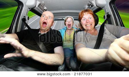 Imagem engraçada da família louca andando em um feriado.