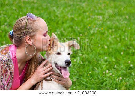Mädchen küssen Welpen