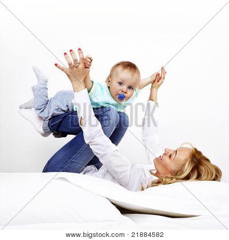 jovem mãe com seu filho na cama