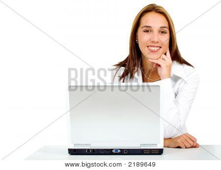 Empresaria en un ordenador portátil