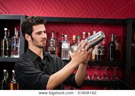 Profissional Braga bonito em fazer cocktails de bar chique