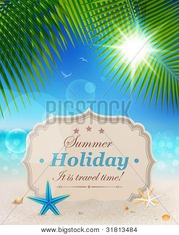 Playa hermosa vista con hojas de Palma, la arena y la tarjeta saludo vintage. Vacaciones de verano vector backg